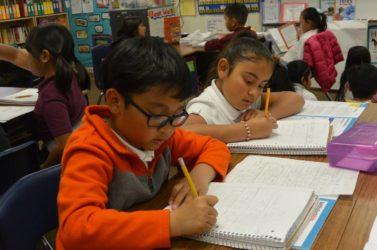 El nuevo programa guía a los padres del este de San José a través del aprendizaje en línea