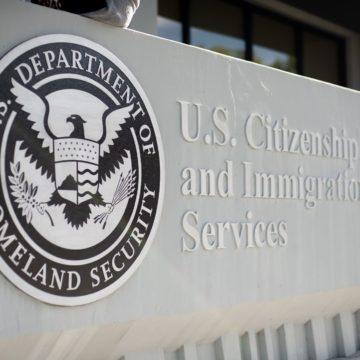 Inmigrantes que buscan atención médica por coronavirus exentos de la regla de 'carga pública'