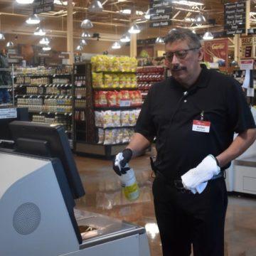 Cómo los supermercados de San José mantienen seguros a los clientes y empleados