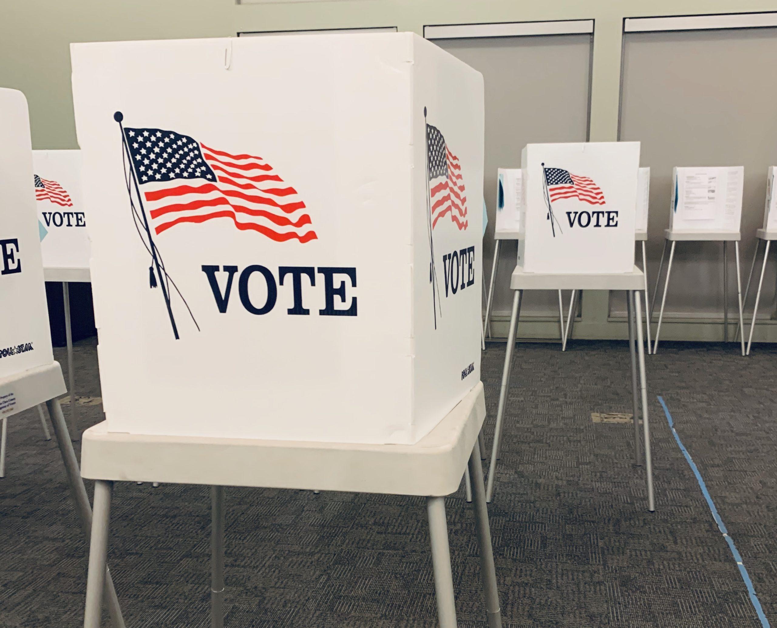 Cabina de votación con bandera americana