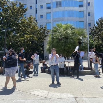 Defensores públicos se manifiestan contra el cierre de los tribunales del condado de Santa Clara en medio de protestas