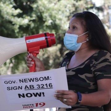 Caravana de trabajadores de servicios de San José a Sacramento por protección laboral