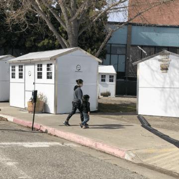 Các gia đình vô gia cư nhận chìa khóa vào những ngôi nhà nhỏ mới ở Hạt Santa Clara