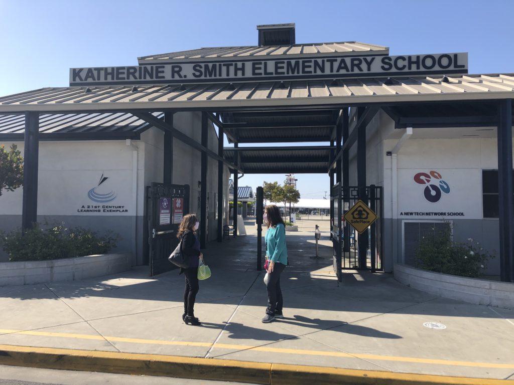 Los administradores escolares están emocionados de que la escuela primaria Katherine Smith en el distrito escolar Evergreen haya reabierto para los estudiantes. Foto de Lorraine Gabbert.