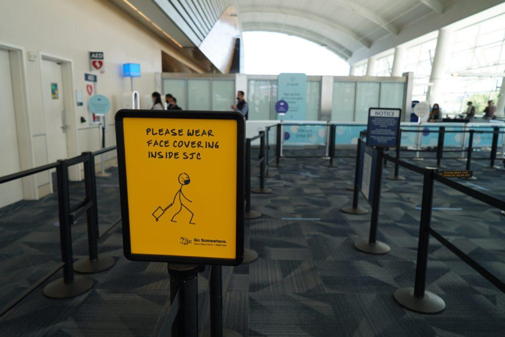 Một trong nhiều biển báo bên trong sân bay yêu cầu du khách đeo khẩu trang. Ảnh do Sân bay Quốc tế Norman Y. Mineta-San Jose cung cấp.