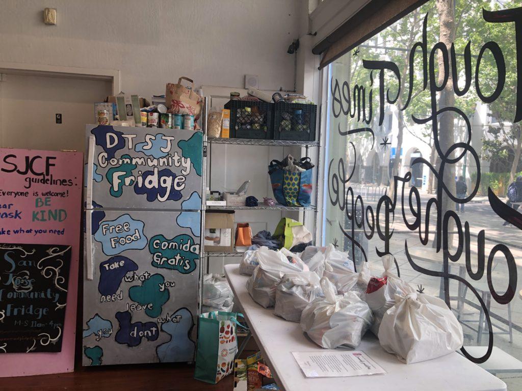 Nhân viên pha chế của Paper Moon Cafe Arlene Garcia đã hợp tác với San Jose Community Fridge để mở một tủ lạnh 'lấy những gì bạn cần, cho những gì bạn có thể' trong quán cà phê chứa thực phẩm, sản phẩm và đồ vệ sinh cá nhân. Ảnh của Patricia Wei.