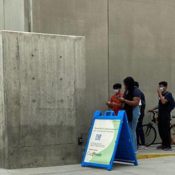 Học sinh San Jose dựa vào tủ đựng thức ăn trong khuôn viên trường khi tình trạng mất an ninh lương thực ngày càng gia tăng