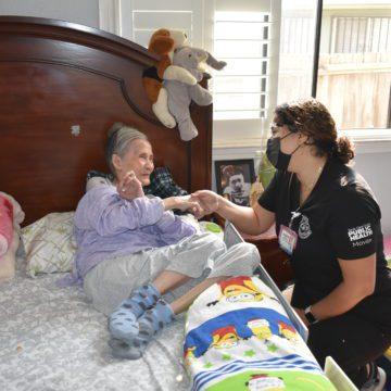 Y tá San Jose mang mũi tiêm COVID-19 đến nhà người già