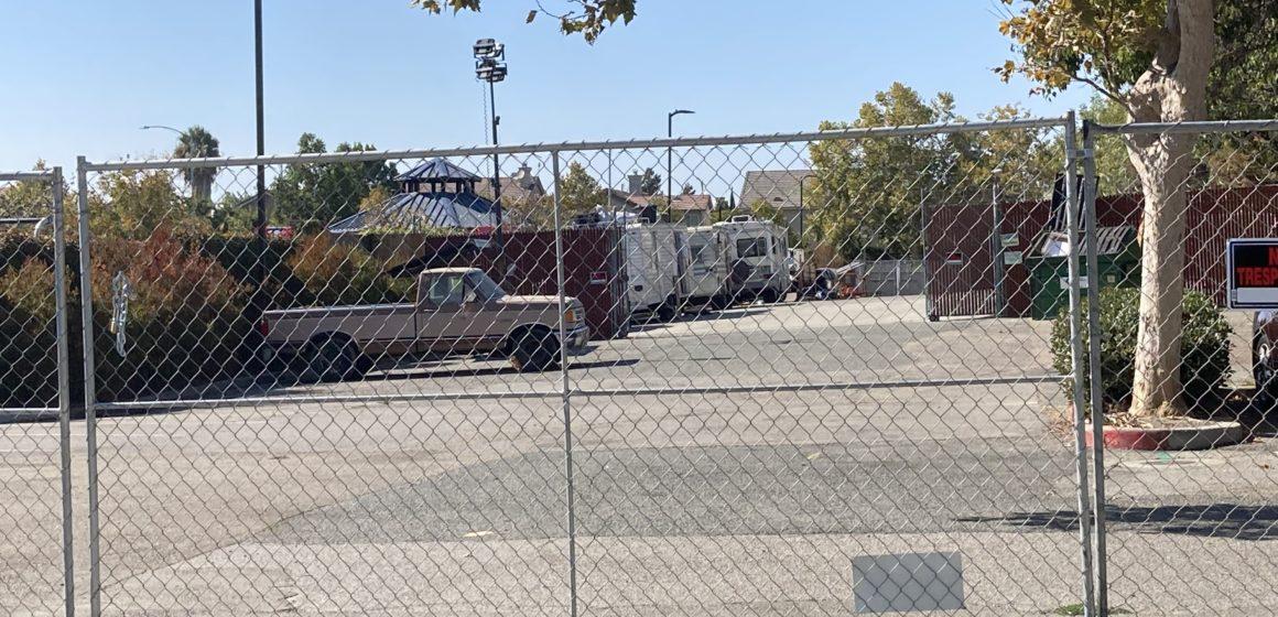 Vecinos denuncian estacionamiento seguro para personas sin hogar en San José